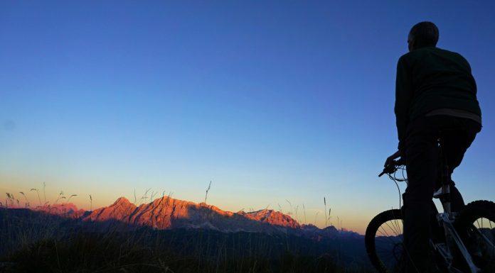 mountainbiking in het donker