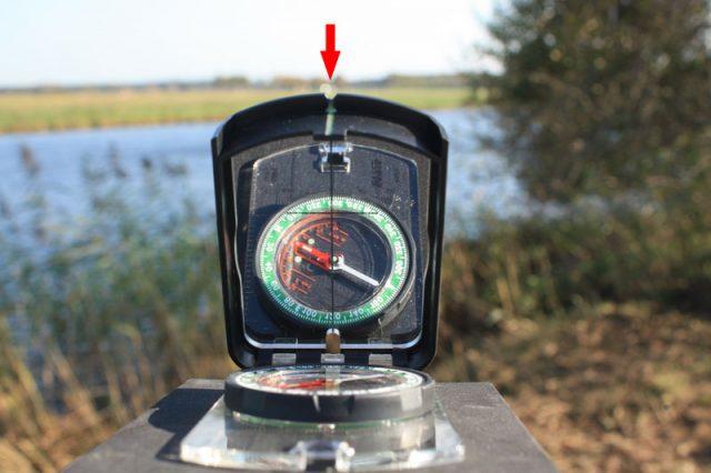 Peilen-op-een-spiegelkompas